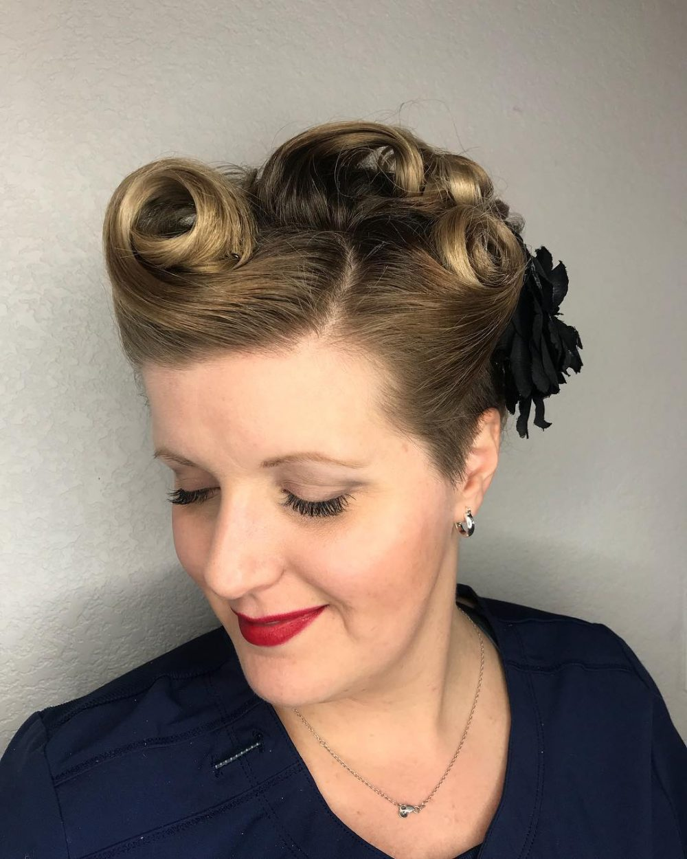 40s-inspired-victory-roll-style-short-up