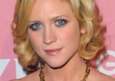 Brittany Snow Short Haircuts für lockiges Haar